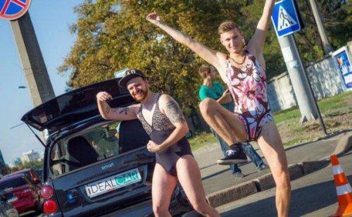 Европейство: киевские мужчины позировали в бикини ради бесплатного бензина